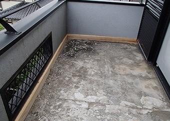立ち上がり部(床と外壁の境目)に木材を充てます