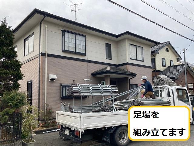 名張市で屋根・外壁塗装の施工の為足場を建て古いコーキングを剥がします