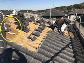 伊賀市 葺き土が濡れている写真