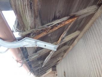 温水器の重みで折れた垂木