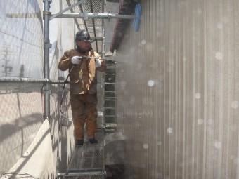 三重県伊賀市 工場2階トタン高圧洗浄中
