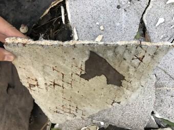 名張市 モルタル壁の破片 アップ