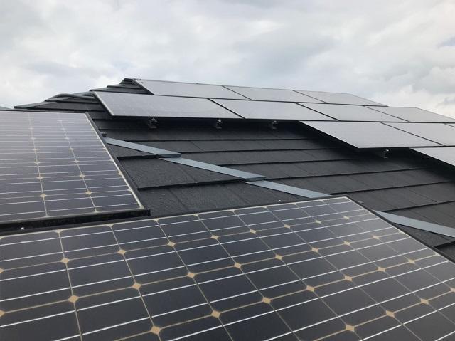 三重県松阪市で屋根塗装をする為、太陽光パネルを脱着しています
