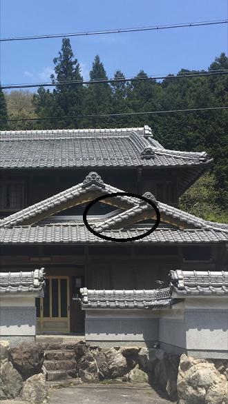 三重県伊賀市で玄関上の丸流し積み直し工事を行いました。