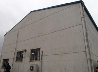 暗い雰囲気の汚れが目立つ工場
